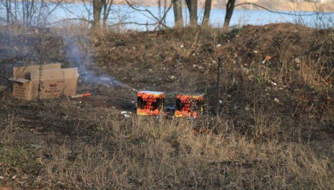 Sprāgstot raķetei, vīrietis gūst sejas un kakla apdegumus