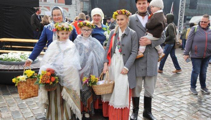 Foto: Grezni, vienoti un skaņi – aizvadīts ikgadējais tautastērpu gājiens