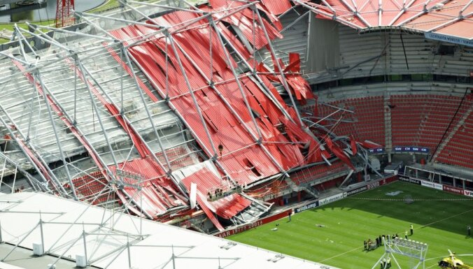 На стадионе в Голландии на рабочих обрушилась крыша