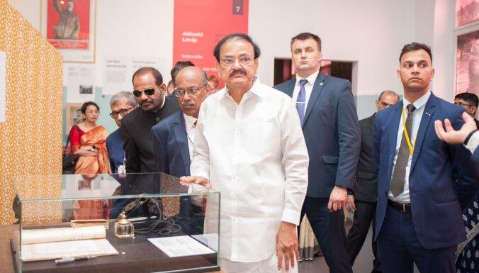 Foto: Indijas viceprezidents Venkaia Naidu izstādē 'Latvijas gadsimts' iepazīst valsts vēsturi