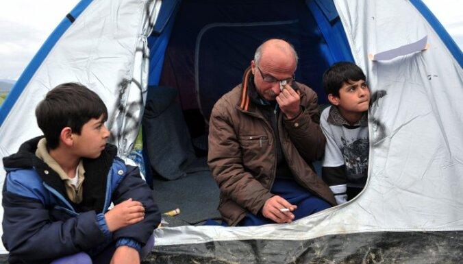 Grieķija sola atrisināt krīzi bēgļu nometnē pie Maķedonijas robežas