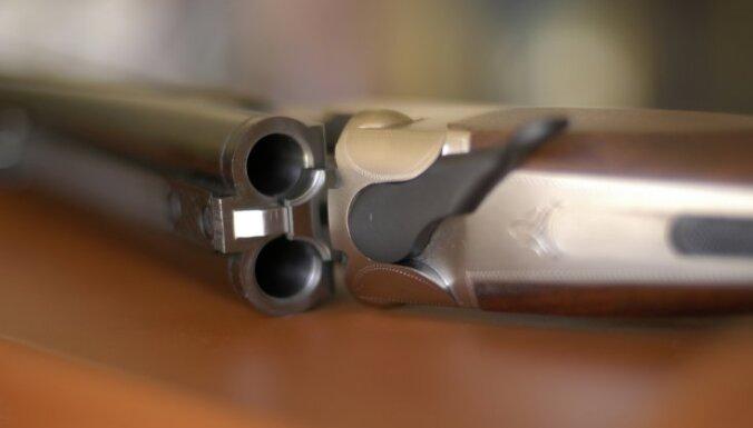 Avīze: ceļ trauksmi par noziegumiem ar mednieku ieročiem Madonas pusē