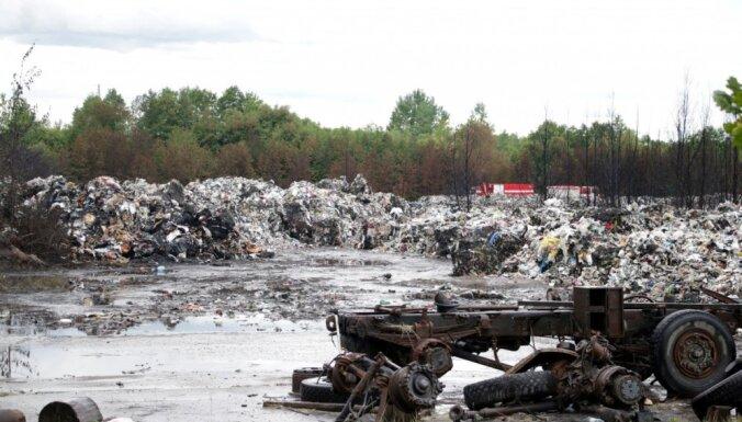 Clean R приступило к расчистке территории сгоревшей свалки нелегальных отходов в Юрмале