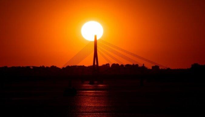 Kur krāšņāks? Fantastiski foto ar saulrieta izdaiļotām debesīm