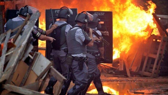 Brazīlijas policija izdzenā nelegālu apmetni pie Sanpaulu