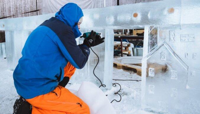 ФОТО. В Елгаве появились первые ледяные скульптуры предстоящего фестиваля