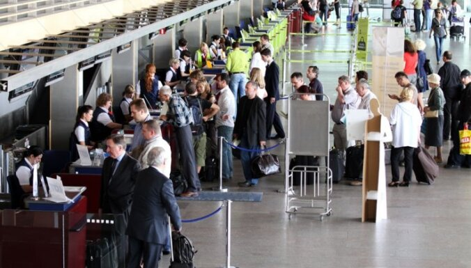Līdz novembra beigām pasažieriem jārēķinās ar garākām rindām lidostā 'Rīga'