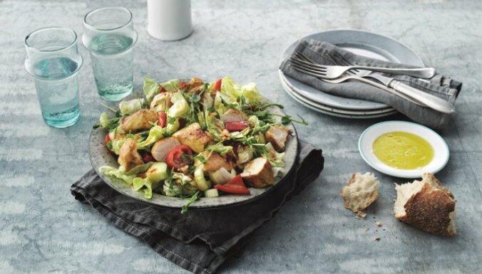 Siltie vistas gaļas salāti ar sulīgiem dārzeņiem