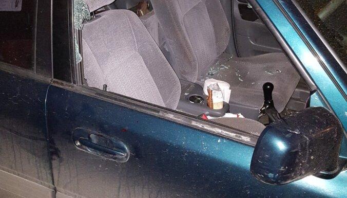 Satrakojies civilvīrs iekausta mīļoto, meitu un ģimenes automašīnu