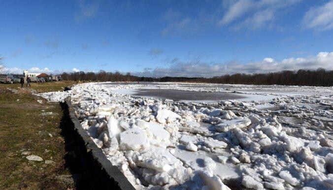 Sestdien austrumos gaidāms sniegs, upēs turpinās palu process