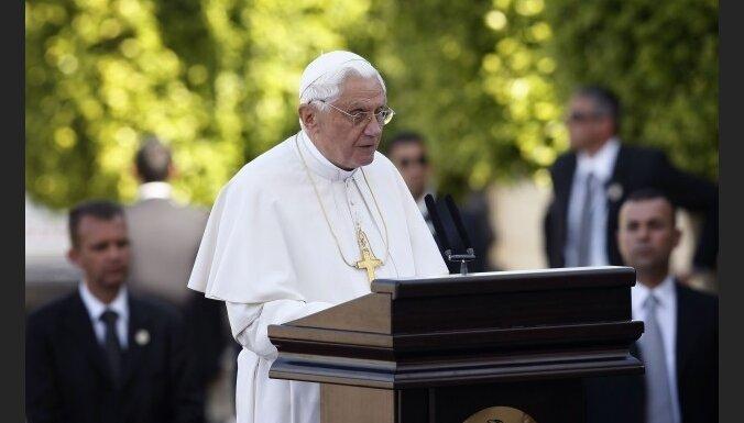 Vatikāns noraida pāvesta saistību ar pedofilu piesegšanu