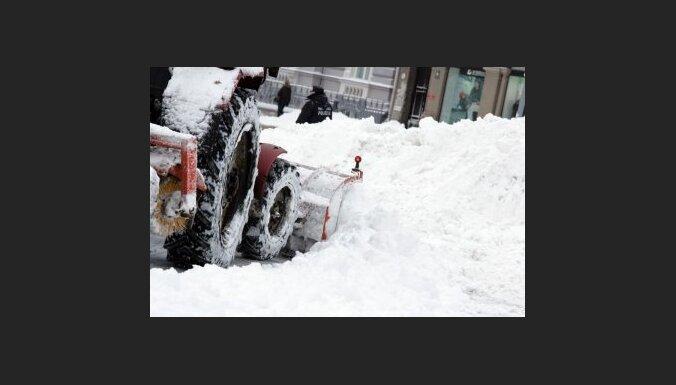 Sniega dēļ Rīgas ielās pieaug avāriju skaits