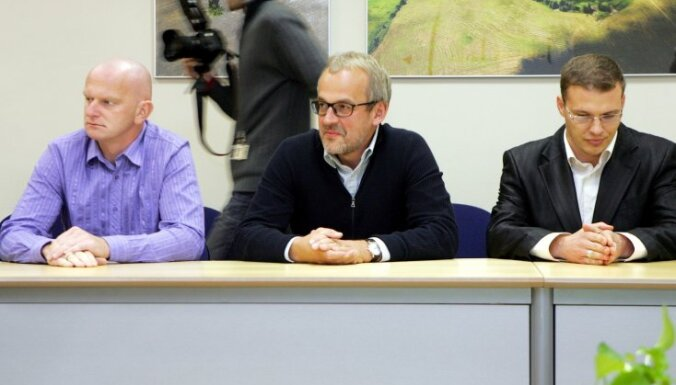 Sarunas pie prezidenta: Dzintars aicina politiskās nesaskaņas 'nenest uz ielām'; Zīle drošs par ES līguma pieņemšanu Saeimā