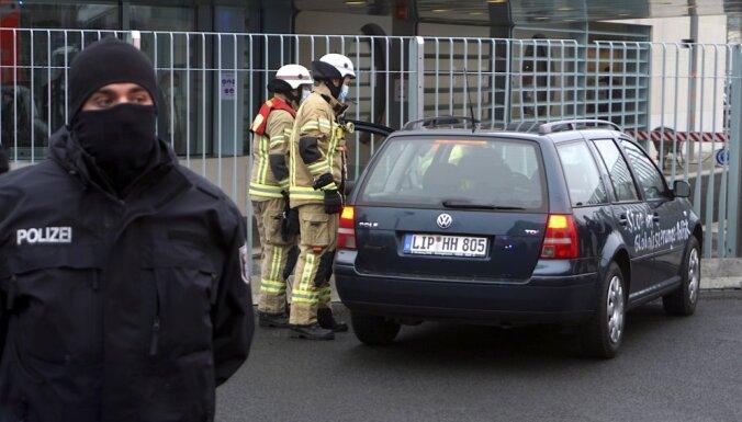 В ограду резиденции Меркель в Берлине врезался автомобиль с антиглобалистскими надписями