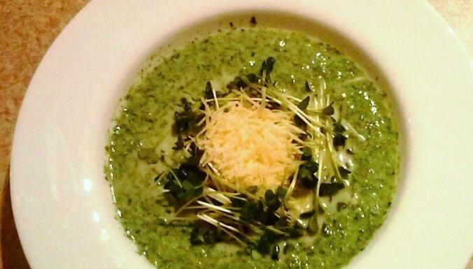 Pavasarīgā brokoļu un spinātu zupa ar redīsu dīgstiem un sieru