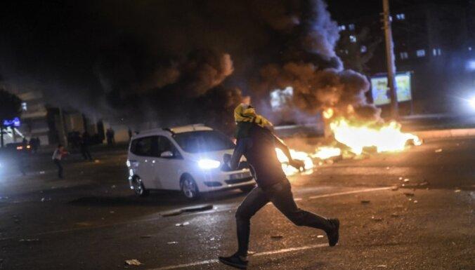 Foto: Pēc vēlēšanām Turcijā izceļas sadursmes starp policiju un kurdu demonstrantiem