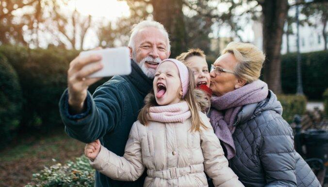 Более трети жителей Латвии в этом году не виделись со своими близкими
