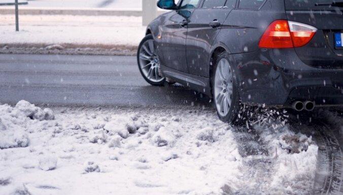 Līdz pusdienlaikam uz Latvijas ceļiem notikušas 118 avārijas