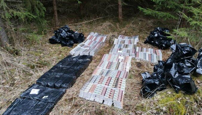 ФОТО. В лесном массиве задержали контрабандиста, изъято 80 000 сигарет