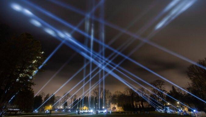 Siguldā priecē īpašs gaismas noformējuma objekts 'Laimes aka'