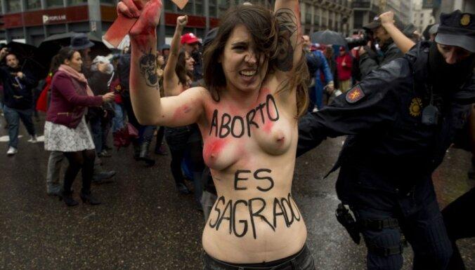 Foto: 'Femen' aktīvistes ar kailām krūtīm protestē pret abortu pretiniekiem Spānijā