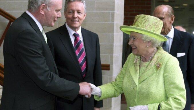 Elizabete II sarokojas ar bijušo ĪRA komandieri