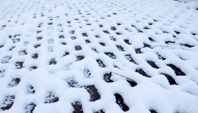 Рижская дума: владельцы домов обязаны чистить от снега крышу и тротуар — иначе штраф до 1400 евро