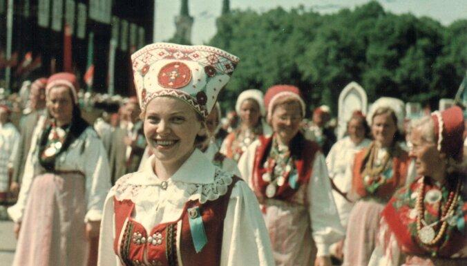 Vēsturiski foto: Latviešu fotogrāfs un igauņu koriste negaidīti satiekas pēc 50 gadiem