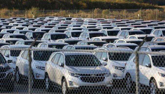 'General Motors' pusvadītāju deficīta dēļ aptur ražošanu uz ilgāku laiku