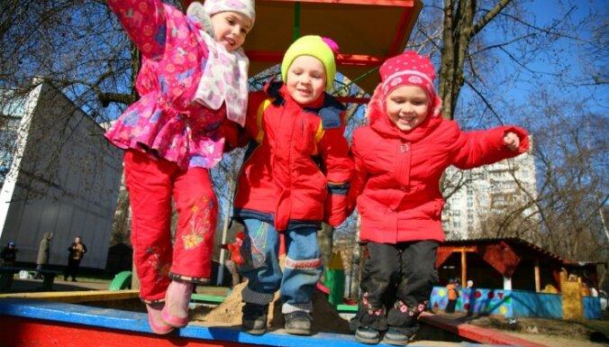 Демограф: Латвия тратит на семьи с детьми 1% ВВП, это антирекорд