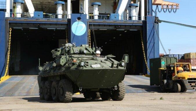 ФОТО: В Латвию прибыла канадская военная техника