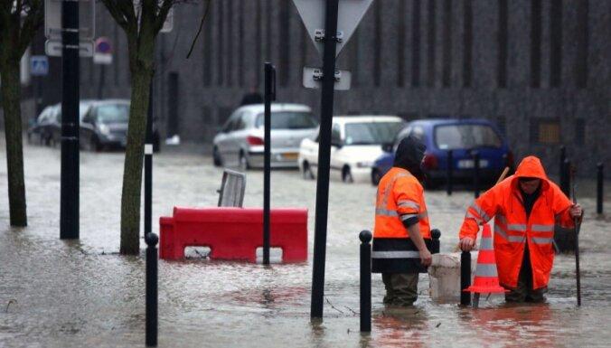 ФОТО: во Франции — наводнение, в Сербии — рекордные снегопады