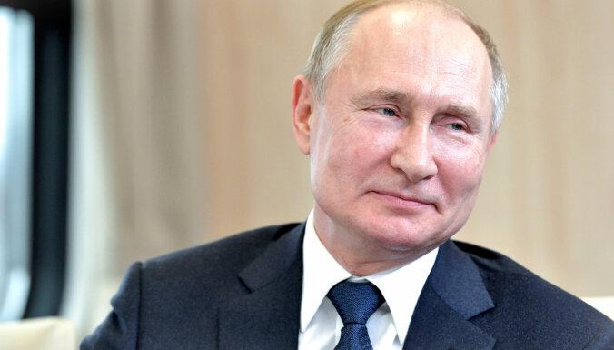 Caur Latviju desmitiem miljonu nonākuši Putina brālēna kontos, vēsta raidījums