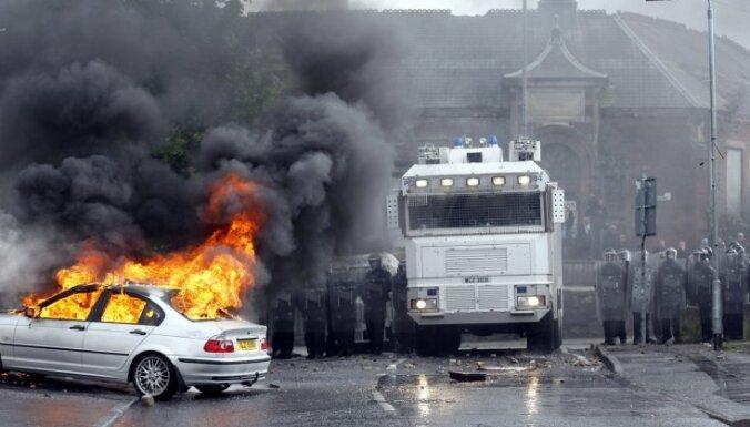 Fotoreportāža: lojālistu un nacionālistu nekārtības Belfāstā