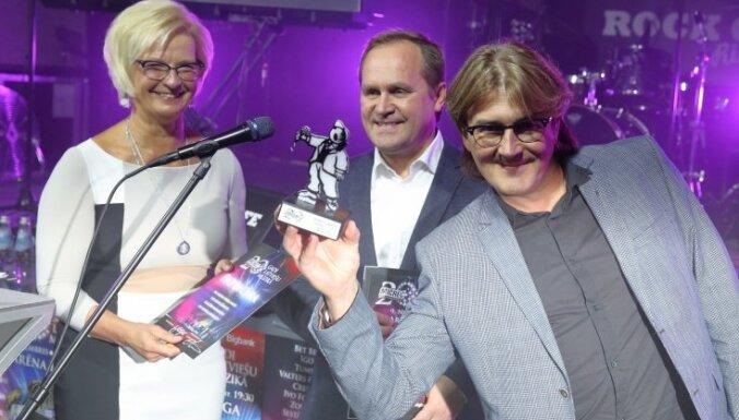 Foto: Guntars Račs un Elita Mīlgrāve dala 'Miķeļa balvas'