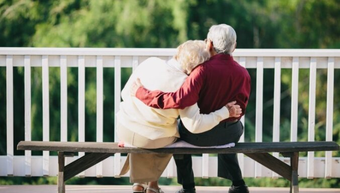 Почему женщины живут дольше? Всё дело в генах, но есть еще две причины