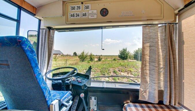 Nakšņot autobusā – neparasta tūristu naktsmītne netālu no Liepājas