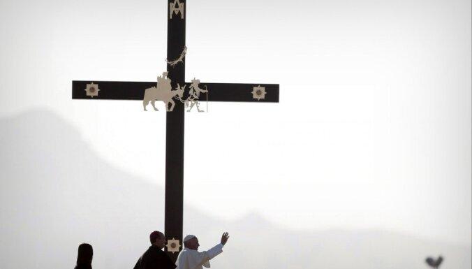 Pāvests Meksikā pie ASV robežas nosoda 'piespiedu migrāciju'