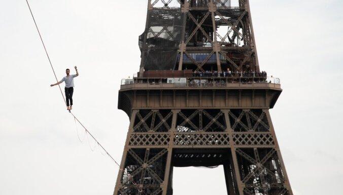 Parīziešus pie Eifeļa torņa pārsteidz sleklainings 70 metru augstumā