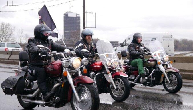 Fotoreportāža: motobraucēji atklāj jauno sezonu