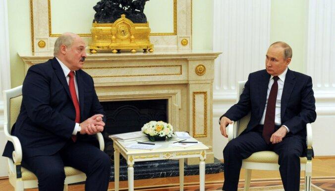 Putins un Lukašenko vienojas 'novilkt līnijas' un pastiprināt sadarbību aizsardzībā