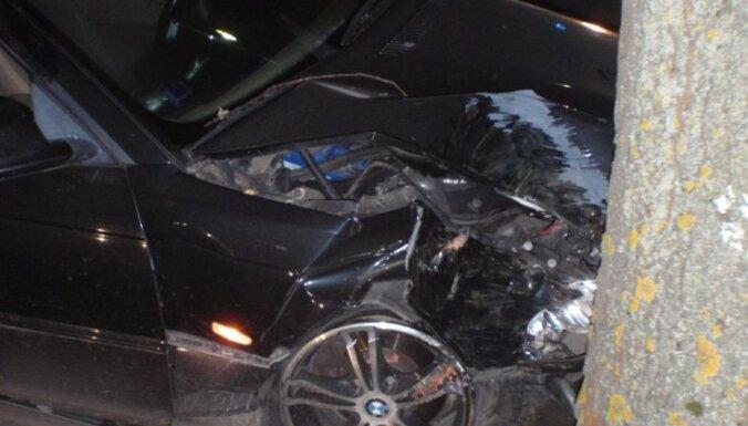 Нетрезвый 30-летний мужчина на BMW въехал в дерево