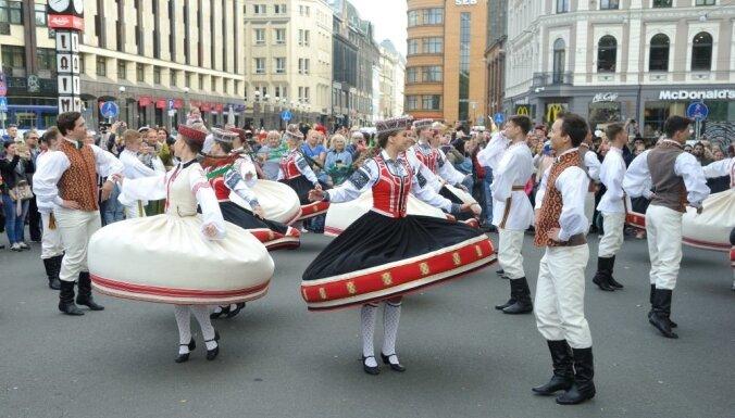Foto: Līksmi ieskandināts Starptautiskais tautas deju festivāls 'Sudmaliņas'