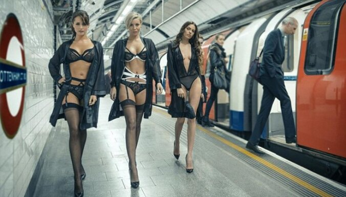 В лондонском метро продефилировали девушки в нижнем белье