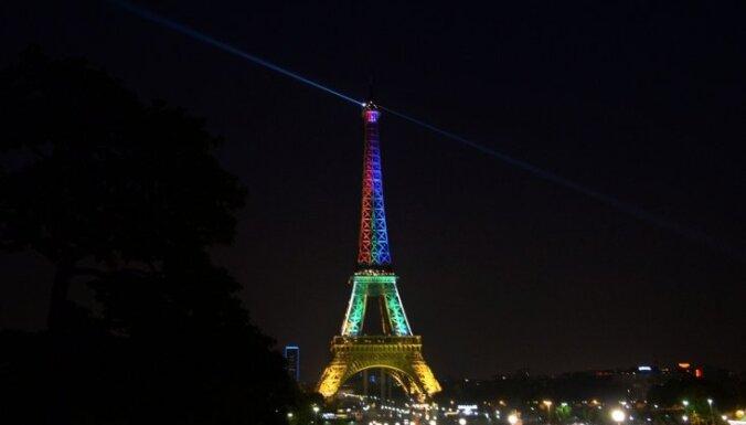 Эйфелева башня погасла в память о жертвах нападения на Charlie Hebdo
