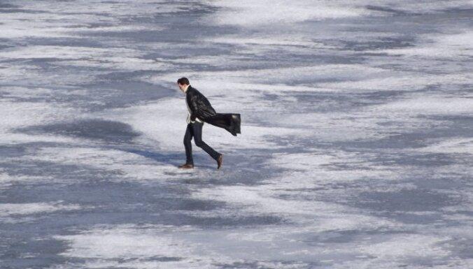 В Риге на Даугаве провалились под лед два человека