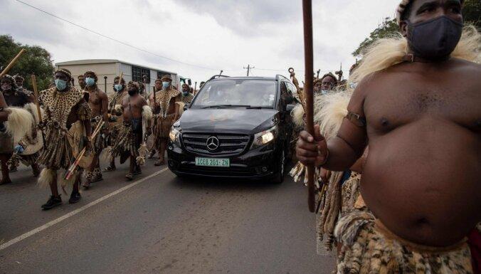 Foto: Aizsaulē krāšņi aizvadīts zulu karalis Zvelitini