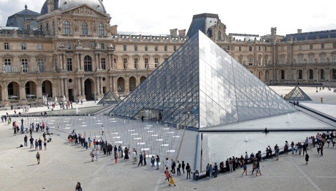 Мужчина попытался вынести из Лувра экспонат под предлогом возвращения наследия Африки