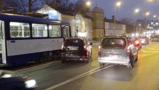 Foto: Pie Gaisa tilta Rīgā automobilis izbrauc priekšā tramvajam