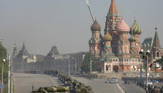 Krievija nosoda Kerija 'nepieņemamos' draudus